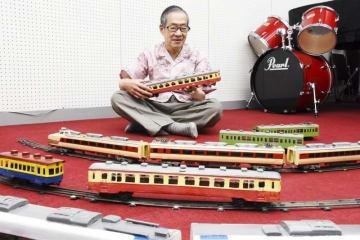 自作した自慢の鉄道模型を紹介する山崎正清さん=福井県敦賀市