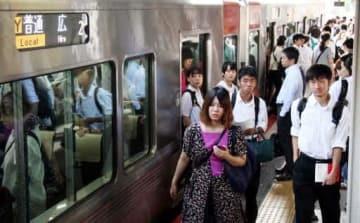部分再開したJR呉線を利用する通勤通学客たち(20日午前7時55分、呉市のJR呉駅)
