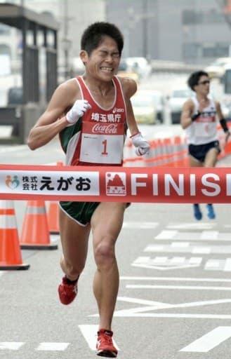 第57回熊日30キロロードレースで1位フィニッシュする川内優輝選手(埼玉県庁)=2013年2月、熊本市のびぷれす熊日会館前