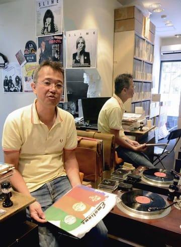 レコードの魅力を語る「スイートナッシンレコード」店長の福田星次さん=熊本市中央区