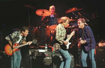ロンドンで演奏する米人気バンドのイーグルス=1998年(ロイター=共同)