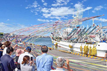 五色の紙テープをなびかせて出港するサンマ船