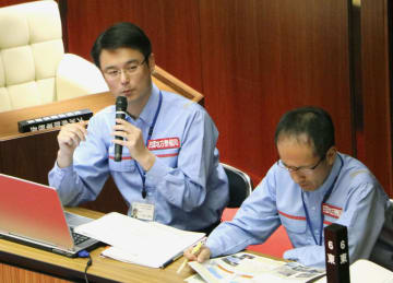 愛媛県大洲市議会の全員協議会で説明する国交省四国地方整備局の担当者=21日午前