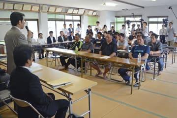 地元漁業者らに行われた、オスプレイの水中音が魚に与える影響の調査結果説明会=21日午後、佐賀県太良町