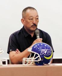 アメリカンフットボールの関西学生リーグ開幕を前に、抱負を語る関学大の鳥内秀晃監督=大阪市内のホテル