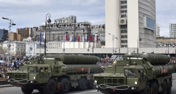 5月に行われたロシアの戦勝73周年を祝う軍事パレードで披露された地対空ミサイルシステム「S400」=ウラジオストク(共同)