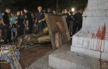 米南部、ノースカロライナ大構内でデモ隊に倒された南北戦争時の南軍兵士の像=20日夜、チャペルヒル(AP=共同)
