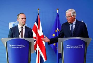 英国のEU離脱を巡る交渉会合を終え、記者会見に臨む英国のラーブEU離脱担当相(左)とEU側のバルニエ首席交渉官=21日、ブリュッセル(ロイター=共同)