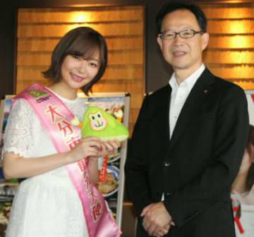 アイドルグループ・HKT48の指原莉乃さん(25)=同市出身=への委嘱式