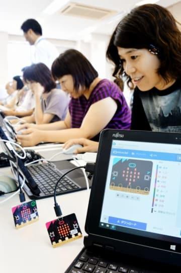 パソコン上でプログラミングした通りにハートの絵柄をマイコンボードに表示させる教員=8月21日、福井県福井市の清水東小学校
