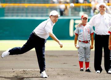 決勝戦の始球式で投球する松山商OB・井上明さん(左)と三沢OB・太田幸司さん(右)=甲子園