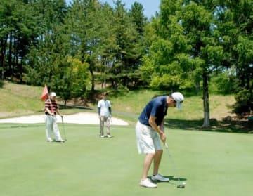 甲賀へいこうか5000人ロングランコンペに参加したゴルフ愛好家たち(甲賀市土山町大野・名神栗東CC)