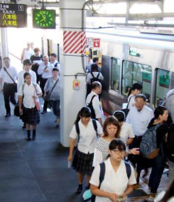 広島県東広島市内で部分再開したJR山陽線を利用する通勤通学客たち(21日午前7時55分、JR西条駅)
