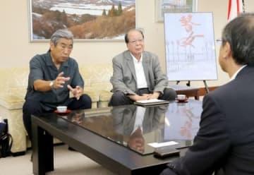 花角英世知事と面会した滝沢正治監督(左)と椎名勲さん(中央)=21日、県庁