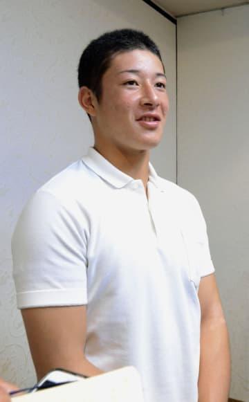 報道陣の取材に笑顔で応じる金足農の吉田輝星投手=22日午前、大阪府守口市
