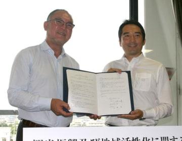 包括連携協定に調印したスノーピークの山井太社長(左)とつくば市の五十嵐立青市長=同市研究学園