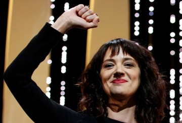 フランス・カンヌ国際映画祭で、手を上げる女優のアーシア・アルジェントさん=5月(ロイター=共同)