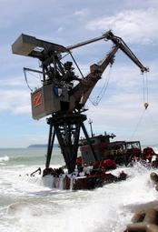 放置されているクレーン台船。台風の影響で高くなった波が押し寄せている=兵庫県南あわじ市灘白崎