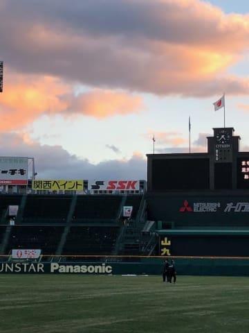 関学大と日大が対戦した、昨年の「甲子園ボウル」の試合後の風景=2017年12月17日