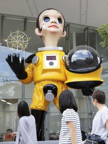 福島市がJR福島駅付近に設置した防護服姿の子どもの立像「サン・チャイルド」=12日