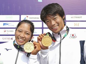 金メダルを手に笑顔を見せる女子カヤックシングルの矢沢亜季(左)と男子カナディアンシングルの羽根田卓也=22日、インドネシア西ジャワ州マジャレンカ(共同)