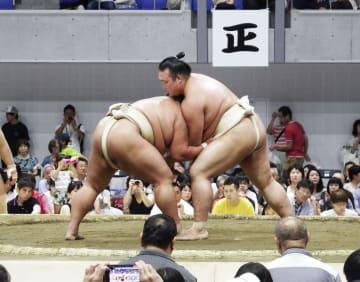 夏巡業で御嶽海(左)と稽古する稀勢の里=22日、東京都立川市