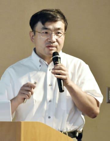 シンポジウムで内密出産制度について話す慈恵病院の蓮田健副院長=22日午後、熊本市
