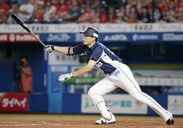 7回西武1死二、三塁、秋山が左中間に逆転の2点二塁打を放つ=ZOZOマリン