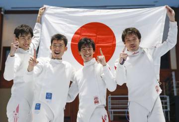 ジャカルタ・アジア大会フェンシング男子エペ団体で初優勝し、日の丸を掲げる(左から)宇山、見延、加納、山田=22日、ジャカルタ(共同)