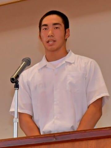 「応援のおかげで実力以上のものを出せた」と全校生徒に感謝を述べる硬式野球部主将の長南さん