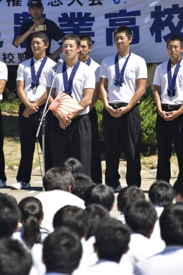 母校で行われた報告会であいさつする吉田輝星投手と金足農ナイン=23日午前、秋田市