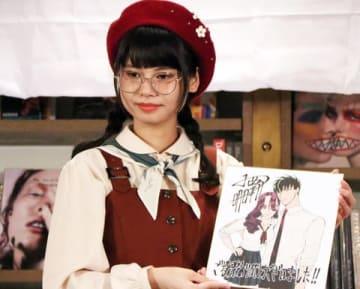 小西明日翔さんの「来世は他人がいい」の直筆イラストを掲げる「でんぱ組.inc」の鹿目凛さん