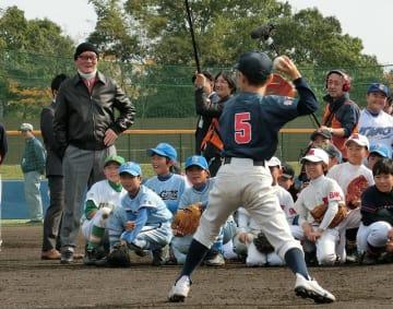 少年野球教室で子どもたちのプレーを見て回る長嶋さん=昨年11月、佐倉市