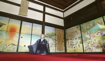 京都市の大徳寺塔頭・真珠庵に完成した、漫画家の北見けんいちさんらが描いた新たなふすま絵。「釣りバカ日誌」のキャラクターらが島で宴会をする様子を表現した=23日午後