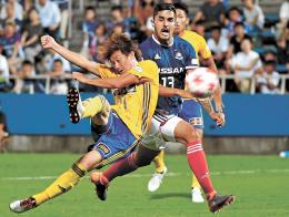 横浜M-仙台 後半9分、仙台・石原(左)がジャンピングボレーを決め3-2と勝ち越す(佐藤将史撮影)