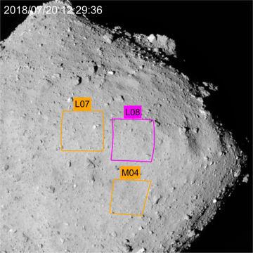 小惑星りゅうぐうの、はやぶさ2が着陸を試みる区域。L08が第1候補で、M04、L07が予備(JAXA、東大など提供)