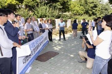 22日、ソウルの最高裁前で集会を開く元徴用工の支援者と韓国の報道陣(共同)