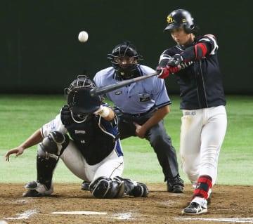 8回ソフトバンク2死一、二塁、今宮が中越えに勝ち越しの2点二塁打を放つ。捕手石川亮=東京ドーム