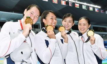 ジャカルタ・アジア大会の競泳女子400メートルメドレーリレーで、3分54秒73の日本新記録で優勝した日本。左から酒井、鈴木、池江、青木智。池江は今大会5個目の金メダルを獲得した=23日、ジャカルタ(共同)