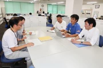 ポロシャツやTシャツなどで業務をこなす三洋化成工業の社員たち(京都市東山区・同社本社)