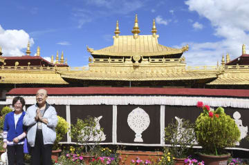 中国チベット自治区ラサのチベット仏教寺院ジョカン寺=23日(共同)