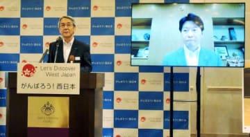 キャンペーンの概要を説明するJR西日本の来島社長(左)。右画面は伊原木知事