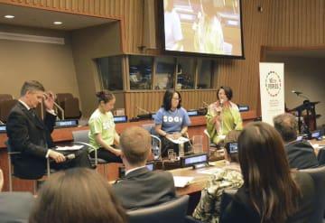 23日、国連の会議に出席した国連広報センターの根本かおる所長(奥右端)。奥左から2人目は吉本興業役員の羽根田みやびさん=ニューヨーク(共同)