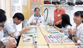給食を味わいながら交流を深める中国と星蘭中の生徒ら