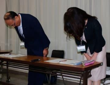 【個人情報の流出を陳謝する林所長(左)ら=三重県庁で】