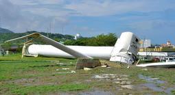 台風20号の影響で倒れた北淡震災記念公園内にある風力発電用の風車=24日午前9時27分、淡路市小倉(撮影・後藤亮平)