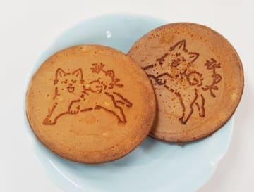 カステラ味の素朴さがいい「三松堂」(秋田市)のせんべい。今年から秋田犬柄が登場した。(Jタウンネット編集部撮影、以下同)