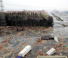 地震発生から約1時間10分後、築山(中央奥)の周囲に押し寄せた津波=2011年3月11日、仙台市宮城野区(日鉄住金建材提供)