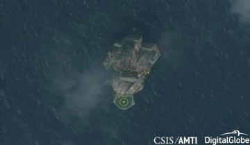 東シナ海の日中中間線付近に設置された移動式掘削施設=8月10日(CSISアジア海洋透明性イニシアチブ・デジタルグローブ提供、共同)