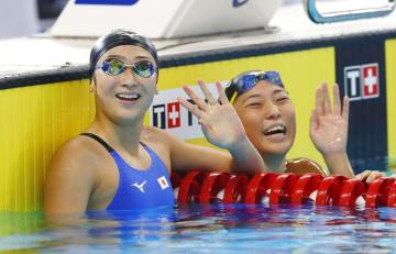 女子50メートル自由形予選 レースを終え笑顔で手を振る池江璃花子(左)と山本茉由佳=ジャカルタ(共同)